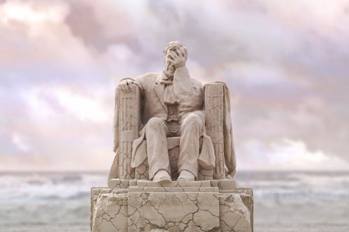 An Award-Winning Sand Sculpture by Damon Langlois Captures a Crumbling Abraham Lincoln
