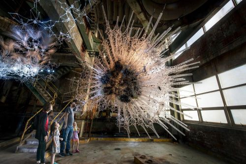 """Artist Philip Beesley Merges Chemistry, Artificial Intelligence, and Interactivity to Create """"Living"""" Architecture"""