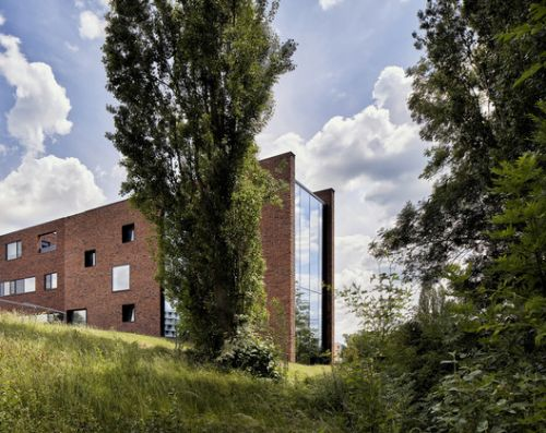 Circular Brick House with Rammed Earth Wall / AST 77 Architecten