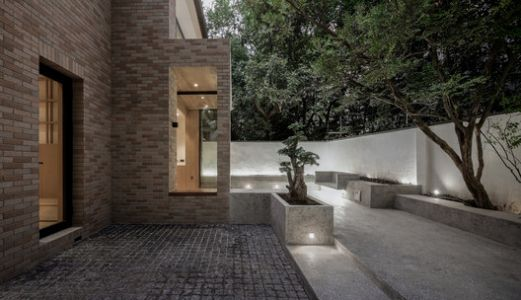 The House with a Tiny Patio / Atelier TAO+C