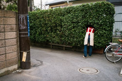 Quirky Juxtapositions Capture Imperfect Human Moments in Photographs by Shin Noguchi