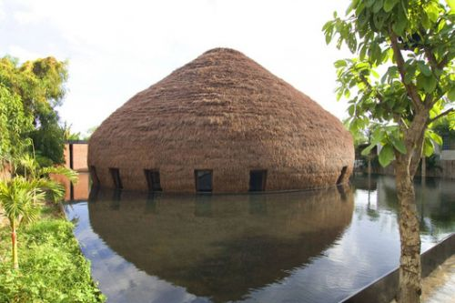 Hay Roofs Explored Through 13 Vietnamese Restaurant Projects