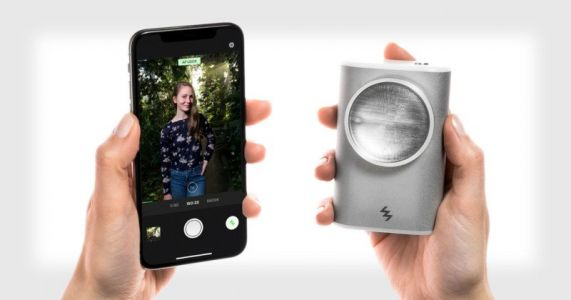 LIT Flash is an Off-Camera Xenon Flash for Smartphone Photographers