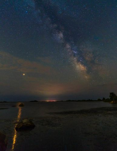 Mars is So Bright Right Now You Can Shoot Its Reflection in the Ocean