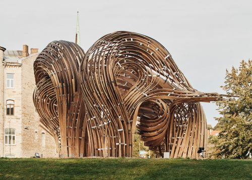 Augmented Reality and Old-Fashioned Woodworking Techniques Forge a Sinuous Sculpture in Tallinn